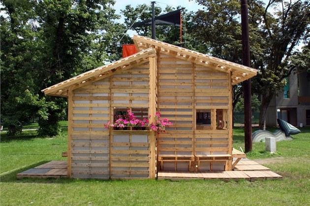 Jednoduch n pad domek z d ev n ch palet je dobr m e en m for Pallet house plans of i beam design
