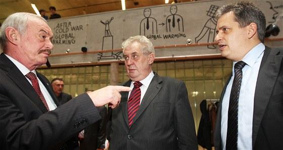 Přemysl Sobotka v kampani před prezidentskou volbou v roce 2013 s Milošem Zemanem a Jiřím Dienstbierem. Pro příští volbu podporuje kandidaturu kolegy Jaroslava Kubery