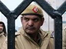 Indičtí policisté před justičním palácem v Dillí, kde proběhne soud s pěticí násilníků (3. ledna 2012)