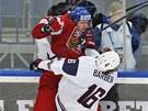 Americký hokejista Riley Barber v tvrdém souboji s Dmitrijem Jaškinem.