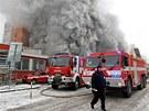 Požár devastuje 103. skladovou budovu Svitu ve Zlíně
