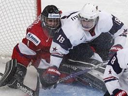 Americký hokejista Cole Bardeau při srážce s českým brankářem Patrikem Bartošákem.
