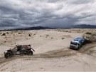P�ED BOU��. Ajrat Mard�jev s kamionem kamaz v 11. etap� Rallye Dakar za bugynou Van Den Goorbergha z Nizozemska.