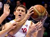 Pardubický basketbalista Zbyněk Pospíšil v duelu se Svitavami.