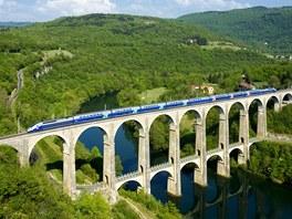 Vlaková souprava TGV Duplex na viaduktu Cize-Bolozon na východě Francie