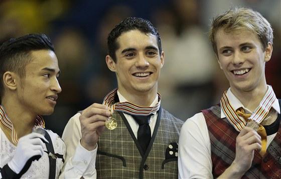 Zatím jediná evropská medaile. Tak se radoval v roce 2013 v Záhřebu. Zleva tehdy druhý Florent Amadio, vítěz Javier Fernández a třetí Michal Březina. Všichni závodí i nyní v Bratislavě, Amodio se tu loučí s kariérou.