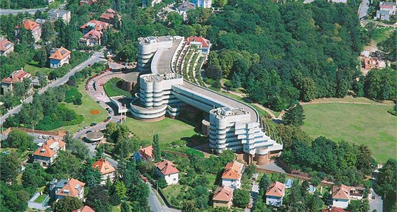 Prominentní hotel zabral obrovský kus vilové čtvrti.