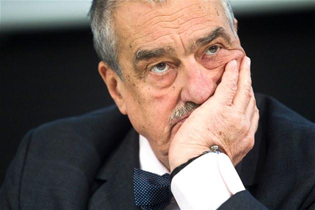 Karel Schwarzenberg při debatě prezidentských kandidátů MF DNES a iDNES.cz (22....