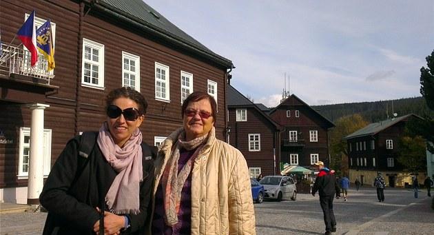 Američanka Sarah Wildman (vlevo) s Ludmilou Kučovou na návštěvě Karlovy