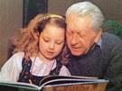 Ilustrátor, autor Krtečka Zdeněk Miler se svou vnučkou Karolinou