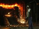 Pracovník Žďasu vhání ručně kyslík do elektrické pece.