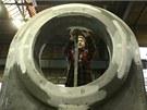 Zaměstnanec významného žďárského strojírenského podniku Žďas přeměřuje odlitek.