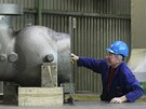 Kontrola výrobku s označením firmy Siemens, který se stal pro Žďas významným partnerem.