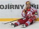 Třinecký hokejista Jiří Polanský zůstal sedět u mantinelu po střetu s vítkovickým protihráčem.
