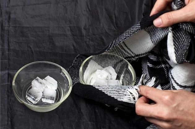 Jednu misku s ledem pořádně zabal do svetru nebo jiného oblečení.