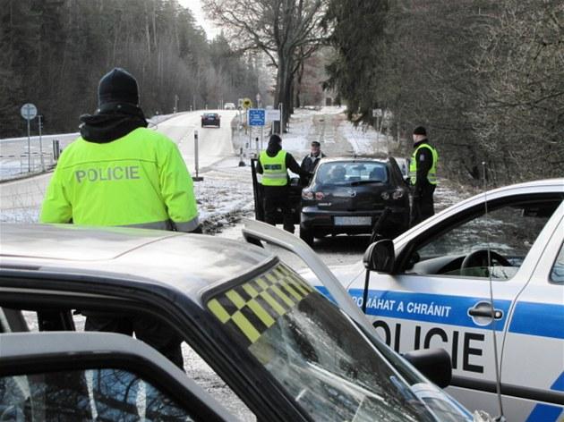 Policisté ze speciálního týmu Krystal se p�i kontrolách v pohrani�í intenzivn�