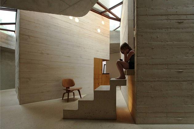 Děti si užívají čtení na schodech do věží. Dostatek denního světla jim to...