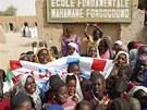 �kol�ci oslavuj� znovuotev�en� z�kladn� �koly v Timbuktu.