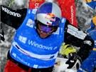 VE VZDUCHU. Český skikrosař Tomáš Kraus (vlevo) na trati závodu Světového poháru Grasgehrenu, který vyhrál