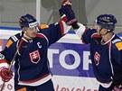 KLASICK� OSLAVA. Slovensk� kapit�n Branko Radivojevi� (vlevo) slav� s Kristi�nem Kudrocem trefu proti Norsku.
