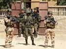 Francouzi spolu s malisk�mi voj�ky hl�dkuj� ve m�st� Timbuktu, kter� osvobodili od islamistick�ch rebel�.
