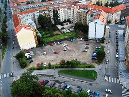 Otevřený blok domů na Vítězném náměstí svírají ulice Verdunská (vpravo) a Jugoslávských partyzánů (vlevo).