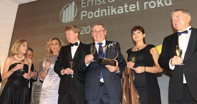 Podnikatel roku 2012 - spole�né foto ocen�ných, uprost�ed Podnikatel roku 2012...