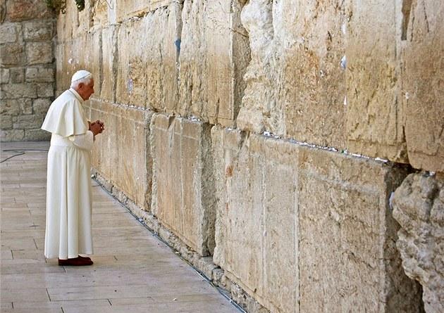 Papež Benedikt XVI. při modlitbě u Zdi nářků v Jeruzalémě (12. května 2009)