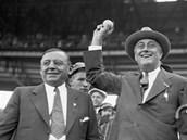 Český rodák Anton Joseph Cermak (vlevo) stojí na snímku vedle svého přítele a prezidenta Spojených států Franklina Delano Roosevelta, jemuž zachránil život.