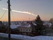 Na snímku je zachycen meteorit, který proletěl blízko ruské vesnice Bolšoje Sidelnikovo, ležící zhruba 50 kilometrů od Čeljabinsku.