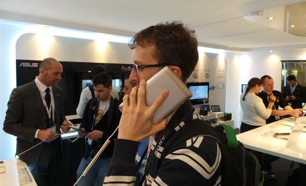 Sedmipalcový tablet Asus Fonepad umí i telefonovat