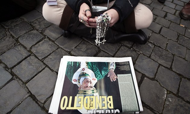 V��ící �ekali na pape�ovo vystoupení n�kolik hodin. Na snímku má jedna z