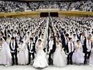 HROMADNÁ SVATBA. Tisíce lidí si slíbily věrnost při masové svatbě členů sekty moonistů v Jižní Koreji. Slavnostní obřad se konal poprvé od smrti zakladatele sekty korejského reverenda Sun Myung Moona, který zemřel loni v září.