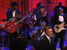 Bluesová sestava snů: zleva na pódiu Derek Trucks, Gary Clark jr., Mick Jagger, Buddy Guy, Warren Haynes, sedící B.B. King. Iniciátor večera, prezident Barack Obama, je na odchodu.