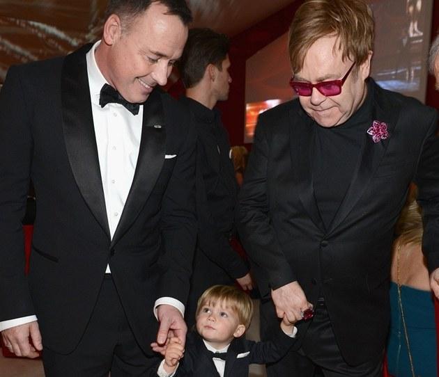 Elton John a David Furnish p�ivedli syna Zacharyho.