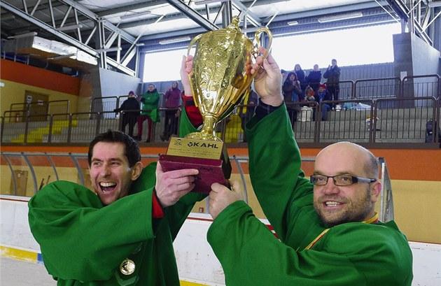 Biskupský pohár - cenu pro vítěze si užíval i hrající kněz Tomáš Petráček