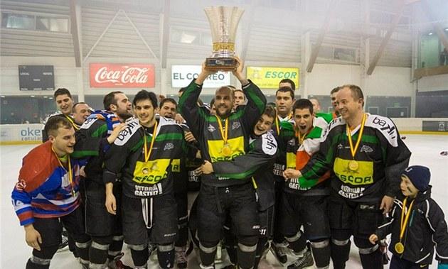 Hokejisté CD Hielo Bipolo se radují z prvního �pan�lského titulu v historii