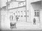 Ra�te vstoupit. Takto v roce 1928 vypadala vstupn� br�na do ostravsk�ch m�stsk�ch jatek.