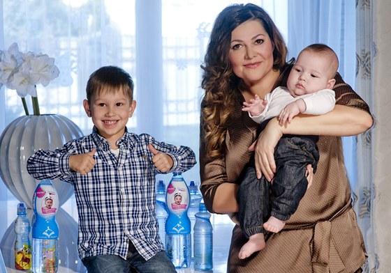 Ilona Csáková se syny Danielem a Dominikem v roce 2013