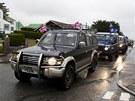 Obyvatelé Falkland jedou přes město Stanley s vyvěšenými britskými nebo falklandskými vlajkami v předvečer referenda (9. března 2013)