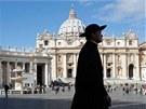 Kněz prochází náměstí svatého Petra ve Vatikánu. (10. března 2013)
