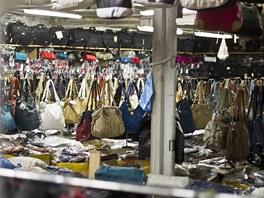 Stovky kabelek čekají na nové majitelky.