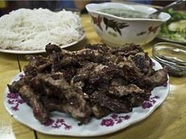 Hromada grilovaných kachních kousků v restauraci Dung Lien.