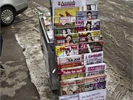 Atmosféru dotvářejí i trafiky, které prodávají asijský tisk.