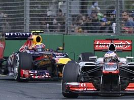Jenson Button z McLarenu (vpravo) před Markem Webberem z Red Bullu při Velké ceně Austrálie F1.