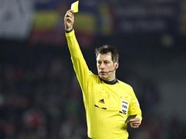 Německý rozhodčí Wolfgang Stark v zápase Spaety s Plzní ukazuje žlutou kartu.
