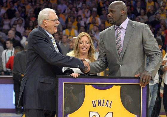 Shaquille O'Neal (vpravo) si třese rukou Philem Jacksonem. bývalým hlavním koučem Los Angeles Lakers.