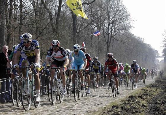 Australský cyklista Stuart O'Grady vede balík v nejnáročnější pasáži celého závodu do Roubaix v oblasti Arenberg.