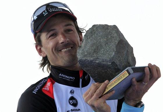 DLAŽEBNÍ KOSTKA. Švýcarský cyklista Fabian Cancellara zvedá nad hlavu tradiční trofej pro vítěze pekelné klasiky Paříž-Roubaix.