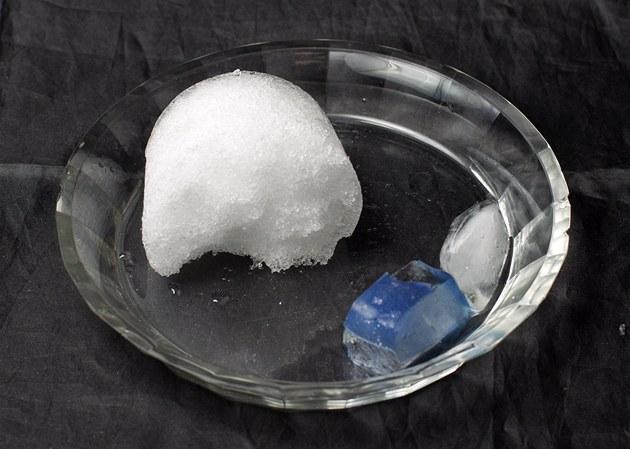 Rozdíl v tání sněhu a ledu.